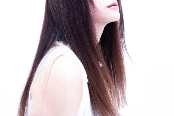 衣類, 人, 女性, つけ毛 が含まれている画像  自動的に生成された説明